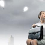 Девушка сидит на кресле с портфелем