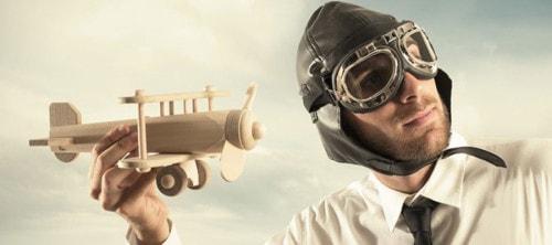 Деревянный самолет в руках